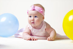 Recht kleines Mädchen, auf einem weißen Hintergrund Lizenzfreies Stockfoto