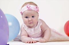 Recht kleines Mädchen, auf einem weißen Hintergrund Stockfotos