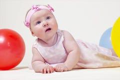 Recht kleines Mädchen, auf einem weißen Hintergrund Stockfoto