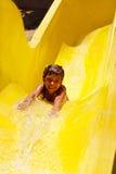 Recht kleines Mädchen, das in aquapark schiebt Stockfoto
