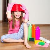 Kleines Mädchen, das die Teller wäscht Stockfotografie