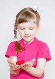 Recht kleines Mädchen, das ein rotes Herz hält Lizenzfreie Stockbilder