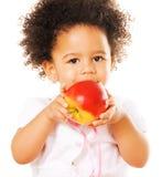 Recht kleines Mädchen, das einen Apfel anhält lizenzfreies stockbild