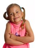Recht kleines Mädchen, das ihre Arme faltet Lizenzfreie Stockfotos
