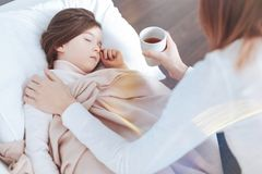 Recht kleines Mädchen, das in ihrem Bett schläft lizenzfreie stockfotografie