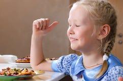 Recht kleines Mädchen, das ihren Mund mit einer Serviette abwischt Lizenzfreie Stockfotografie