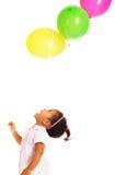 Recht kleines Mädchen, das mit Ballonen spielt Stockfotografie