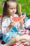 Recht kleines Mädchen, das Wassermelone isst Lizenzfreie Stockfotos