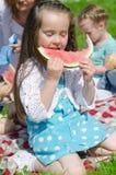 Recht kleines Mädchen, das Wassermelone isst Stockbild
