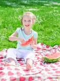 Recht kleines Mädchen, das Wassermelone isst Lizenzfreies Stockfoto