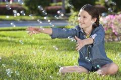 Recht kleines Mädchen-Kind-spielende u. durchbrennenluftblasen Stockfotos