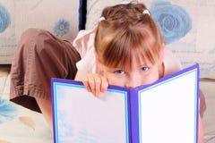 Recht kleines Mädchen mit Buch stockfoto