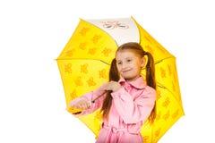 Recht kleines Mädchen mit dem gelben Regenschirm lokalisiert auf weißem backgr Lizenzfreies Stockfoto
