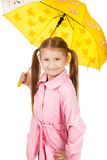 Recht kleines Mädchen mit dem gelben Regenschirm lokalisiert auf weißem backgr Lizenzfreie Stockbilder