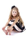 Recht kleines Mädchen mit dem langen gelockten Haar Lizenzfreies Stockbild