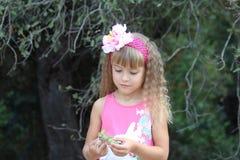 Recht kleines Mädchen mit Eicheln Stockbilder