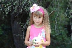 Recht kleines Mädchen mit Eicheln Stockfotografie