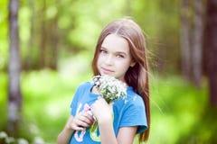Recht kleines Mädchen mit einem Blumenstrauß Lizenzfreie Stockbilder
