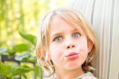 Recht kleines Mädchen mit einem fragenden Blick Stockfotografie