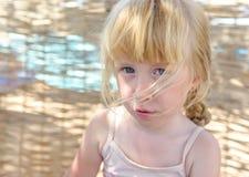Recht kleines Mädchen mit einem mürrischen Ausdruck Lizenzfreies Stockbild
