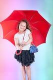 Recht kleines Mädchen mit Regenschirm. Lizenzfreie Stockfotografie