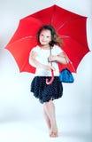 Recht kleines Mädchen mit Regenschirm. Lizenzfreies Stockbild