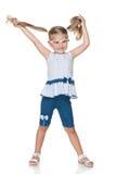 Recht kleines Mädchen mit Zöpfen Stockfotos
