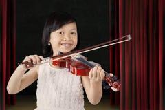Recht kleines Mädchen spielt Violine auf dem Stadium Lizenzfreie Stockfotos