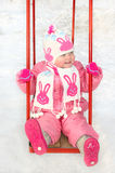 Recht kleines Mädchen auf Spielplatz des Winterkindes. Lizenzfreie Stockfotografie
