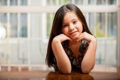 Recht kleines Mädchen, das sich zu Hause entspannt Stockbild