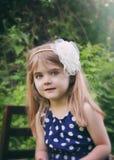 Recht kleines Mädchen in der grünen Natur Lizenzfreies Stockfoto