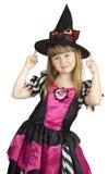 Recht kleines Mädchen im Hexenkostüm auf dem weißen Hintergrund Lizenzfreies Stockfoto