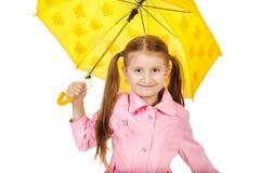 Recht kleines Mädchen mit dem gelben Regenschirm lokalisiert auf weißem backgr Lizenzfreie Stockfotografie