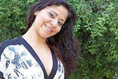 Recht lächelnde junge Frau lizenzfreies stockbild