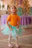 Recht lächelndes kleines Mädchen auf Weihnachtsfest Lizenzfreie Stockbilder