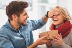 Recht liebevolle Paare, die Valentinstag feiern Lizenzfreies Stockbild