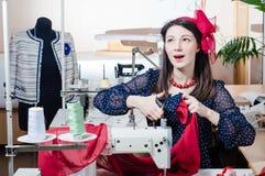 Recht lustige junge Pinupfrau mit Nähmaschine lizenzfreie stockbilder