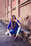 Recht lustiges lächelndes Mädchen in der blauen Kleidung Stockfotos