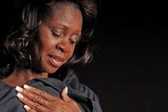 Recht mittlere gealterte schwarze Frau stockbild