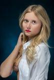 Recht nachdenkliches blondes lizenzfreie stockfotografie