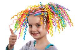 Recht nettes Mädchenporträt Kind mit bunten Strudeln des Papiers in ihrem Haarlächeln Positive menschliche Gefühle Lizenzfreie Stockfotografie