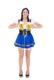 Recht oktoberfest Mädchen, das Bierkrüge hält Stockbild