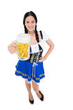 Recht oktoberfest Mädchen, das Bierkrug hält Lizenzfreie Stockfotografie