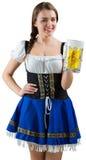 Recht oktoberfest Mädchen, das an der Kamera hält Bier lächelt lizenzfreies stockfoto