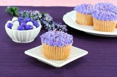 Recht purpurrote kleine Kuchen und Geleebohnen für Ostern Lizenzfreie Stockfotos