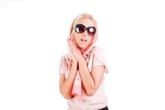 Recht reizend junges Mädchen in den Sonnenbrillen stockfoto