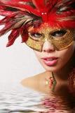 Recht reizvolle Frau in der Schablone - wässern Sie Effekt Stockfotos