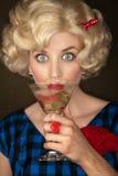 Recht Retro- blonde Frau mit Martini Stockbild