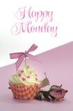 Recht rosa kleiner Kuchen mit blassem - rosafarbene Knospe der rosa Seide auf rosa Hintergrund mit glücklichem Montag-Beispieltex Stockbild