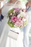 Recht rosafarbene Rosen im Brautblumenstrauß lizenzfreie stockfotografie